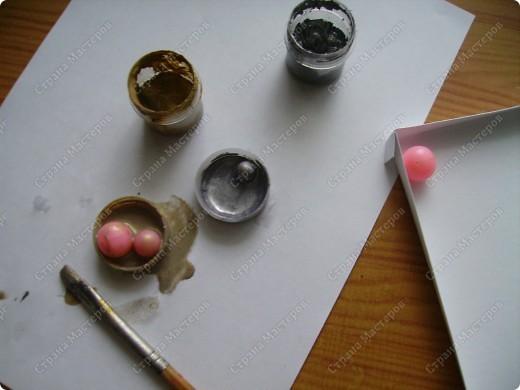 Училась делать розочки из атласной ленты. Ну и приспособила их. Красивый фон от старой открытки фото 17
