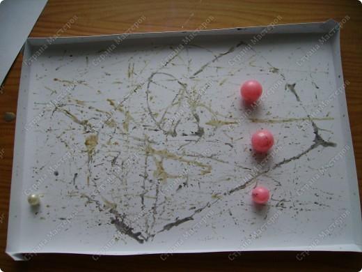 Училась делать розочки из атласной ленты. Ну и приспособила их. Красивый фон от старой открытки фото 19