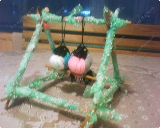 Птенчики на жердочке. Они могут качаться на своей качельке) фото 1