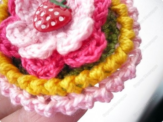 Вот связалась сегодня такая штучка))) Я планирую использовать в качестве резинки для волос для Маруси, но можно и как украшение для одежды, либо подвеска для девочки... Для вязания использовала нитки Ирис в два сложения, чтобы получилось пожестче. фото 10