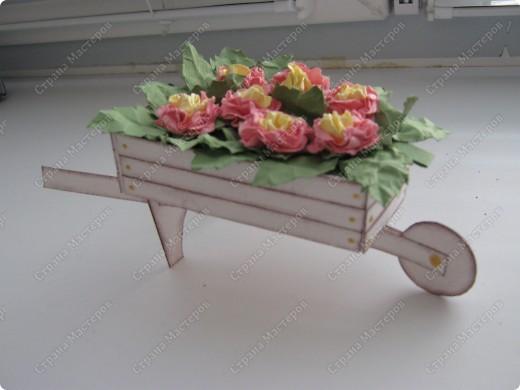 Садовая тележка с цветами выполнена вот по этому МК http://www.mastera-rukodeliya.ru/skrap/1215-sadovaya-telejka.html фото 1