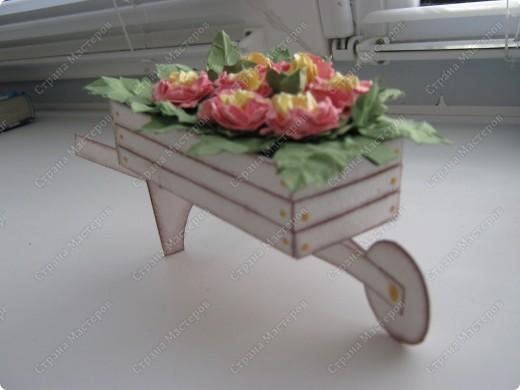Садовая тележка с цветами выполнена вот по этому МК http://www.mastera-rukodeliya.ru/skrap/1215-sadovaya-telejka.html фото 3