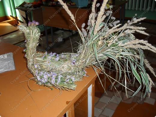 наша первая работа из сена, украшена цветами, на осенней выставки поделок и экибан фото 1