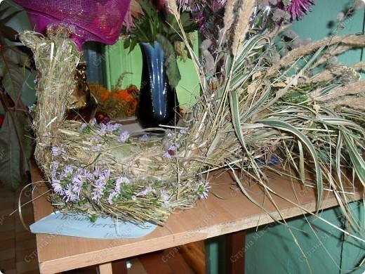 наша первая работа из сена, украшена цветами, на осенней выставки поделок и экибан фото 2
