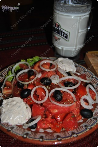 """В этом году мы смогли слетать на море! Впервые мы с мужем и сыном летели на море! Отдохнули прекрасно!!! И очень много осталось впечатлений, с которыми хотелось поделится с Вами. Отдыхали мы в Болгарии на Черном море. Помимо отдыха, развлечений, прогулок и т.д. одним из пунктов путешествия является питание и знакомство с кухней другой страны. Вот и мы свое знакомство с болгарской кухней провели в ресторане """"Копыто"""" (про ресторанчик можно потитать в конце). А пока покажу и расскажу из чего приготовленное блюдо (надеюсь я все угадала на вкус, а сами рецепты думаю можно найти на просторах инета) :-)  На этом фото виден айрян (айран) - кисло-молочный напиток подается прям в пивных кружках. Вообще молочное люблю :-)))  фото 1"""
