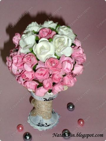 Всем доброе время суток))) Вырастила сегодня розовое дерево, на чём? это бобинка деревянная  от ниток, ещё флористическая губка и много розочек