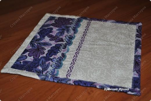 Салфеточка выполнена в стиле лоскутного шитья. Оформлена машинной вышивкой. фото 2