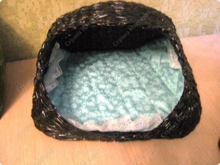 Подарочный кошачий домик. Трубочки из рекламок, в готовом изделии покрыты битумным лаком в один слой. фото 2