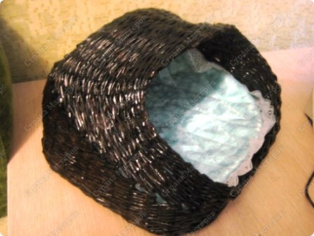 Подарочный кошачий домик. Трубочки из рекламок, в готовом изделии покрыты битумным лаком в один слой. фото 1
