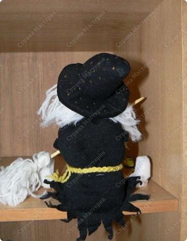 Вся история моей поделки началась с того, что ко мне забежал соседкий мальчик и попросил помочь ему с поделкой к хеллоуину. Я перерыла весь интернет и остановилась на этом сайте. Здесь я нашла много нужной мне информации. Увидев на сайте мастер-класс по изготовлению кукол я решила то же попробовать и у меня получилась вот такая ведьмочка.  Для изготовления куклы я использовала серый и черный плотный трикотаж(я использовала от старых колготок), пряжа белая и желтая, две бусинки, черный тонкий маркер, деревянная палочка для метлы, поролон для ботинок, синтепон для нобивания тела и головы.  фото 3