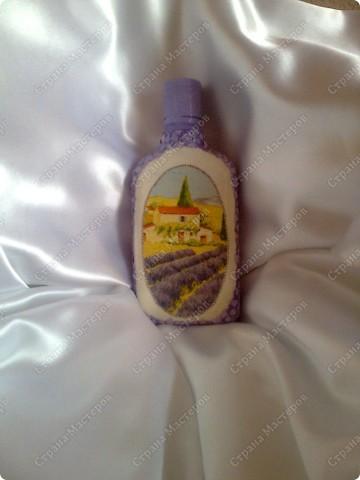 Моя первая бутылочка в технике декупаж.А бока бутылки обклеила яичной скорлупой и её покрасила акрилом  сиреневого цвета. фото 1