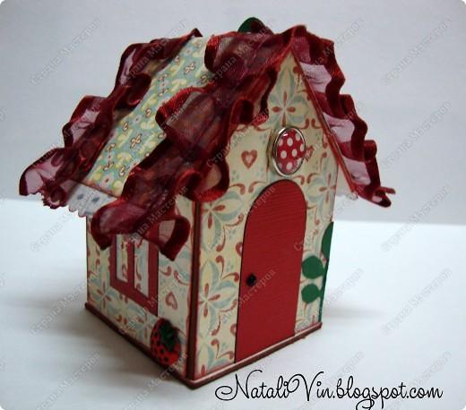 Доброе время суток дорогие жители и гости! Построила я домик по замечательному МК http://homyachok-scrap-challenge.blogspot.com/2011/10/porfushi_28.html замечательной девушки))) Он ровно в половину меньше моей будочки...такой замечательный в реале. Использовала картонные подставочки под стаканчики. Главное построить а украсить уже  можно на свой вкус и всем чем придется))) фото 1
