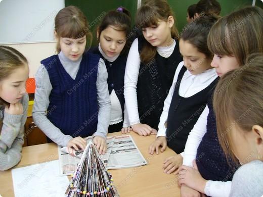 Несколько уроков технологии посвятили работе с макулатурой. Цель - научить детей видеть в старых газетах и журналах материал для творчества. фото 19