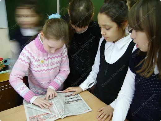 Несколько уроков технологии посвятили работе с макулатурой. Цель - научить детей видеть в старых газетах и журналах  материал для творчества. фото 21