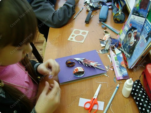 Несколько уроков технологии посвятили работе с макулатурой. Цель - научить детей видеть в старых газетах и журналах материал для творчества. фото 27