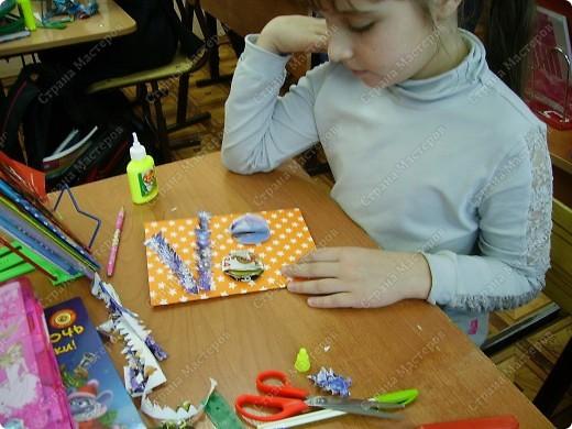 Несколько уроков технологии посвятили работе с макулатурой. Цель - научить детей видеть в старых газетах и журналах  материал для творчества. фото 29