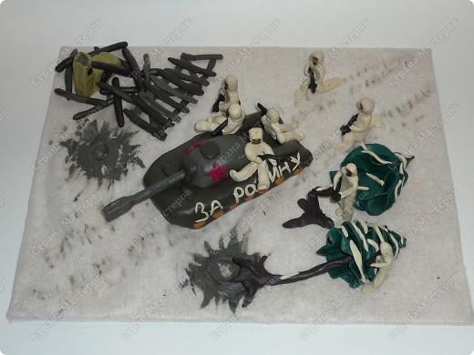 Работа посвящена 70-летию битвы под Москвой. Выполнена из пластилина. Делали папа с Дашей.  фото 1