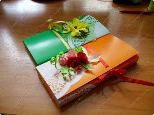 Как всегда в цейтноте, а презентики сделать надо! Всем , кто делал шоколадницы и делился опытом - огромное спасибо! Украшала шоколадницы остатками цветочков и деталей от предыдущих работ, пригодились. фото 2