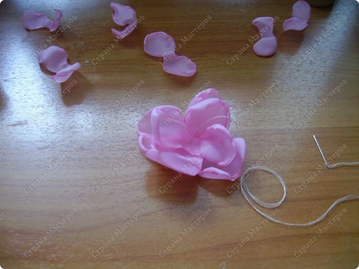 Я все ищу упрощенный и ускоренный вариант делания роз, пышных цветов из капрона, органзы и пр. материала. Летом пробовала делать капроновую розу из отдельных лепестков обжигом на свече.Получилось, но делала долго, утомительно сшивая  каждый лепесток. фото 10