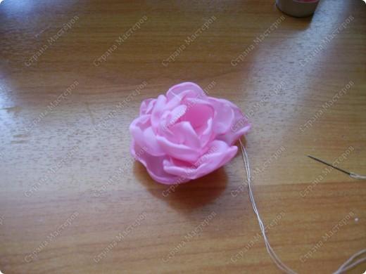 Я все ищу упрощенный и ускоренный вариант делания роз, пышных цветов из капрона, органзы и пр. материала. Летом пробовала делать капроновую розу из отдельных лепестков обжигом на свече.Получилось, но делала долго, утомительно сшивая  каждый лепесток. фото 11