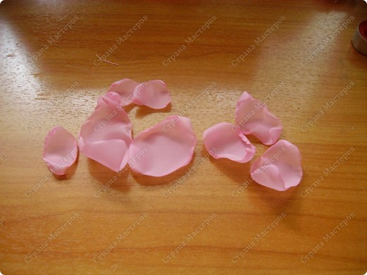 Я все ищу упрощенный и ускоренный вариант делания роз, пышных цветов из капрона, органзы и пр. материала. Летом пробовала делать капроновую розу из отдельных лепестков обжигом на свече.Получилось, но делала долго, утомительно сшивая  каждый лепесток. фото 14