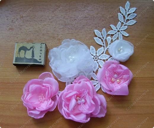Я все ищу упрощенный и ускоренный вариант делания роз, пышных цветов из капрона, органзы и пр. материала. Летом пробовала делать капроновую розу из отдельных лепестков обжигом на свече.Получилось, но делала долго, утомительно сшивая  каждый лепесток. фото 18