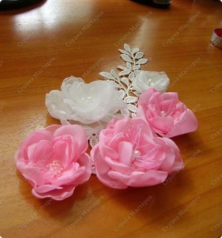 Я все ищу упрощенный и ускоренный вариант делания роз, пышных цветов из капрона, органзы и пр. материала. Летом пробовала делать капроновую розу из отдельных лепестков обжигом на свече.Получилось, но делала долго, утомительно сшивая  каждый лепесток. фото 19