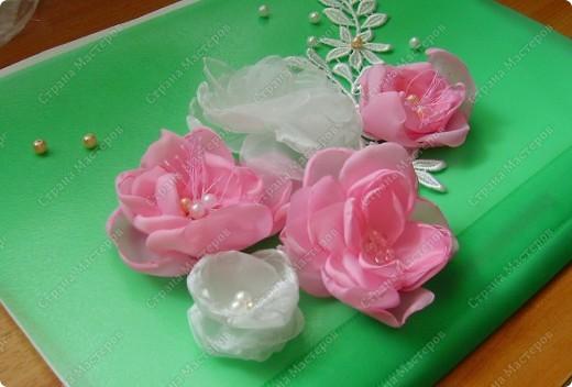 Я все ищу упрощенный и ускоренный вариант делания роз, пышных цветов из капрона, органзы и пр. материала. Летом пробовала делать капроновую розу из отдельных лепестков обжигом на свече.Получилось, но делала долго, утомительно сшивая  каждый лепесток. фото 20