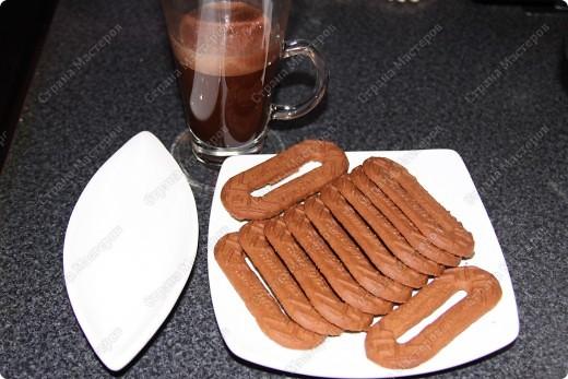 """Нам потребуеться:500 грамм маскарпоне (заменяется любым сливочным сыром, например """"филадельфией"""") 150 грамм сахара (лучше пудры) 4 яйца, 400-500 гр печенья бисквитного, я брала бисквит шоколадный. 1 чашка крепкого кофе espresso, немного ликера...(если будут кушать дети то не надо) горький какао-порошок шоколадная стружка. фото 12"""