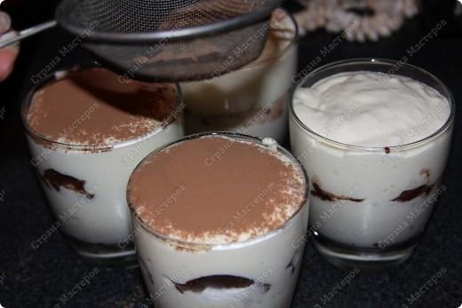 """Нам потребуеться:500 грамм маскарпоне (заменяется любым сливочным сыром, например """"филадельфией"""") 150 грамм сахара (лучше пудры) 4 яйца, 400-500 гр печенья бисквитного, я брала бисквит шоколадный. 1 чашка крепкого кофе espresso, немного ликера...(если будут кушать дети то не надо) горький какао-порошок шоколадная стружка. фото 16"""