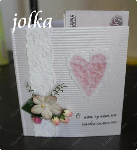 Вот такая нежная открыточка получилась у меня. Материалы: картон с тиснением, скрап-бумага, тесьма, декоративные цветы, полубусины, надпись-наклейка фото 1