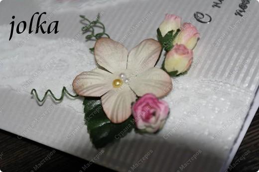 Вот такая нежная открыточка получилась у меня. Материалы: картон с тиснением, скрап-бумага, тесьма, декоративные цветы, полубусины, надпись-наклейка фото 2