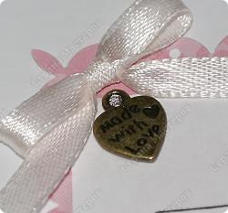 Вот такая нежная открыточка получилась у меня. Материалы: картон с тиснением, скрап-бумага, тесьма, декоративные цветы, полубусины, надпись-наклейка фото 4