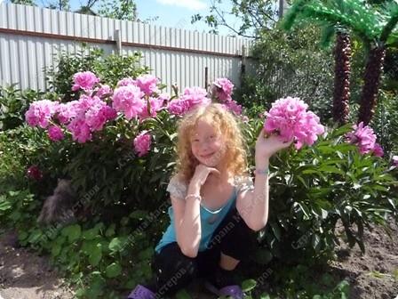 Я вообще-то про цветы.Моя красавица в пионах!  А дочь моя - это наша ГОРДОСТЬ!!!! фото 1