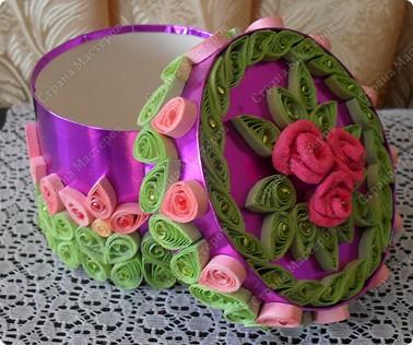 Вот такая шкатулочка, сделанная из картона и самоклеящейся фольги, украшена элементами в технике Квиллинг и бисером. фото 3