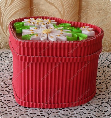 Вот такая шкатулочка, сделанная из картона и самоклеящейся фольги, украшена элементами в технике Квиллинг и бисером. фото 4