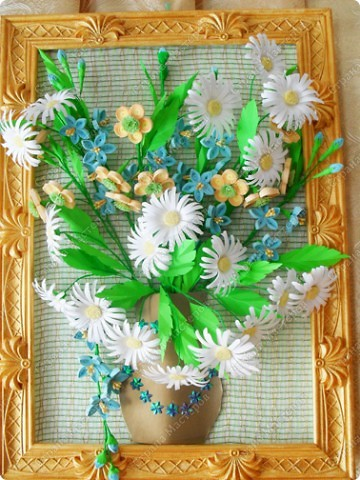 """Идею взяла из картины Ольги Ольшак """"Летний букет"""",  рамку тоже делала сама из потолочного плинтуса, потом покрыла золотистой акриловой краской, фон сделан из потолочного пенопласта и цветочной упаковки. Делала целый месяц. Мне очень нравится то, что получилось."""