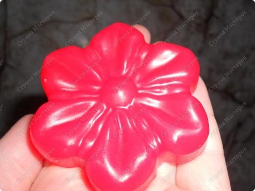 Первая проба в мыловарении- ромашковое мыло из прозрачной мыльной основы.  фото 3