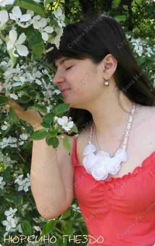 """Колье """"Цветы персика"""". Захотелось чего-то весеннего, нежного... взялась делать белые цветы, но они мне показались слишком свадебными, поэтому я добавила бусин и ленту персикового цвета. фото 1"""