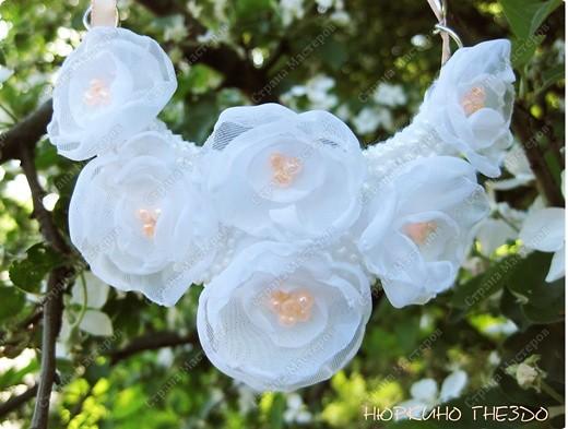 """Колье """"Цветы персика"""". Захотелось чего-то весеннего, нежного... взялась делать белые цветы, но они мне показались слишком свадебными, поэтому я добавила бусин и ленту персикового цвета. фото 2"""