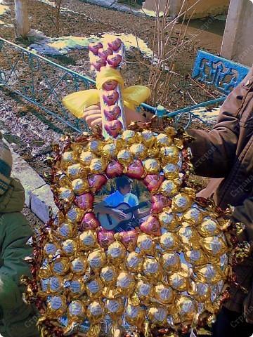 Использовала конфеты Золотая Лилия , Шоколапки(по краю гитары), конфеты в форме сердечек! В центре фотография именинника.