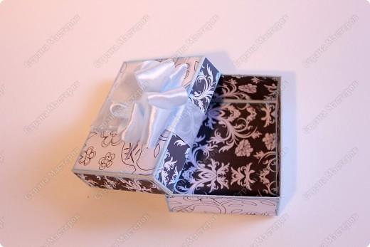 Всем привет! А вот и я :) Хочу показать вам, дорогие мои, коробочки для подарков. Хозяйка одного магазинчика попросила сделать. Мои работы у неё в магазине, как экспонаты в музее - все смотрят, а покупать не хотят :) Но не в этом суть. Мастеру что надо? Чтобы его творения были навиду. Так пусть и мои коробушечки, обложечки т.п будут навиду. Настанет и их час... А мне хорошо тем, что есть чем заняться и есть кому показать.  фото 7