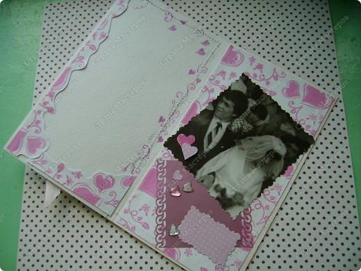 Так хотелось сделать приятное своей подруге-однокурснице! -  памятную открытку. Придумалась такая, с бегающими жемчужинками ( открытка-штейкер, кажется  так называется этот прием), сердце , обрамленное жемчугом. Моя ассоциация свадеб - бело-розовый колор - и на этот раз подтолкнула к такому цвету. фото 3