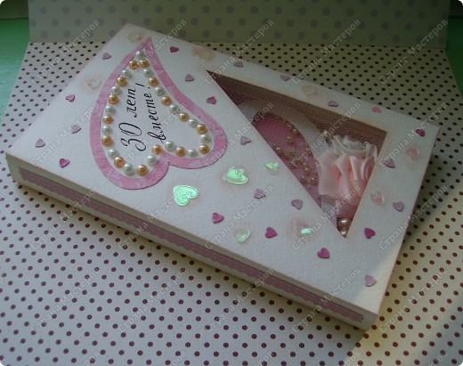 Так хотелось сделать приятное своей подруге-однокурснице! -  памятную открытку. Придумалась такая, с бегающими жемчужинками ( открытка-штейкер, кажется  так называется этот прием), сердце , обрамленное жемчугом. Моя ассоциация свадеб - бело-розовый колор - и на этот раз подтолкнула к такому цвету. фото 7