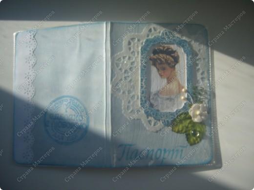 Первая обложка. Романтичная :)))  Для работы я использовала бумагу, салфетку, чипборд (покрыла голубым кракелюром), готовые цветочки и тычинки, силиконовые штампы и акриловую каплю. фото 1