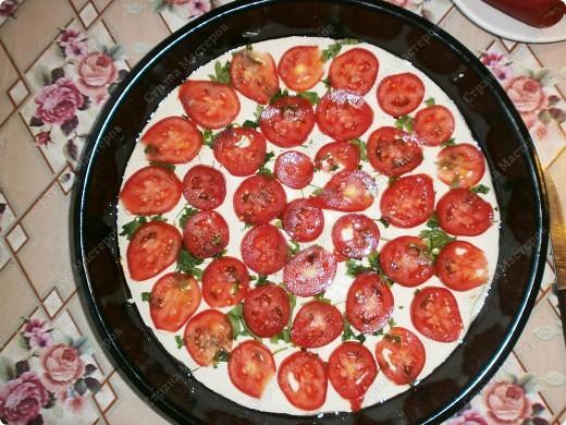 """Добрый день,мои хорошие! Приятного Вам времяпрепровождения! Хочу поделится рецептиком своей любимой пиццы! Готовится очень быстро 20-30 мин. Получается большая пицца (у меня форма d 35 см.) ,как раз для всей семьи!Начинку можно готовить разнообразную,но у меня """"экономка"""" ,поэтому такие продукты. фото 6"""