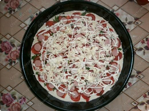 """Добрый день,мои хорошие! Приятного Вам времяпрепровождения! Хочу поделится рецептиком своей любимой пиццы! Готовится очень быстро 20-30 мин. Получается большая пицца (у меня форма d 35 см.) ,как раз для всей семьи!Начинку можно готовить разнообразную,но у меня """"экономка"""" ,поэтому такие продукты. фото 7"""