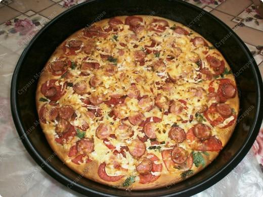 """Добрый день,мои хорошие! Приятного Вам времяпрепровождения! Хочу поделится рецептиком своей любимой пиццы! Готовится очень быстро 20-30 мин. Получается большая пицца (у меня форма d 35 см.) ,как раз для всей семьи!Начинку можно готовить разнообразную,но у меня """"экономка"""" ,поэтому такие продукты. фото 9"""