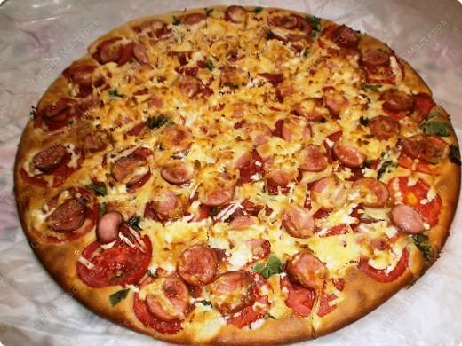 """Добрый день,мои хорошие! Приятного Вам времяпрепровождения! Хочу поделится рецептиком своей любимой пиццы! Готовится очень быстро 20-30 мин. Получается большая пицца (у меня форма d 35 см.) ,как раз для всей семьи!Начинку можно готовить разнообразную,но у меня """"экономка"""" ,поэтому такие продукты. фото 1"""