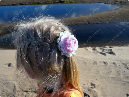 Добрый день всем жителям СМ))) Вот связалась у меня такая резиночка для  дочкиных косичек (надо было чем-то руки занять во время просмотра кинофильма): фото 4